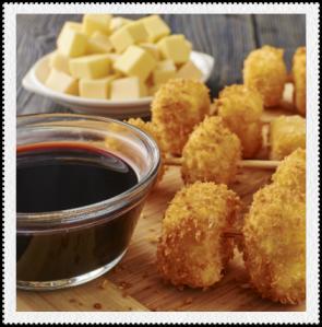 Brochetas de queso empanizada en salsa de uva