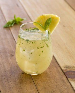 Piñada jengibre con agua de coco y albahaca